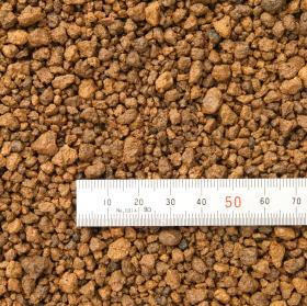 赤玉土 約16Lは、栃木県鹿沼市周辺より採取した関東ロームの下層土で、粘土質で塊状の原料土を天日干ししたのち、粉砕・微塵抜き・篩い分けしたものです。用途に合わせて 大粒(鉢底ごろ土用・鉢土表面が灌水時の水流で掘れないようにする) 中粒(菊・観葉植物・草花など) 小粒(野菜・山野草・鉢土表面化粧用)があります。